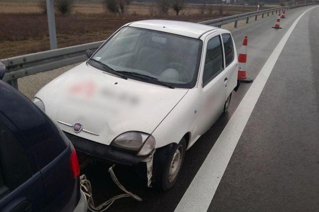 Góra Dziadek i wnuk pojechali kupić samochód. Na drodze ekspresowej YX97