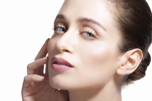 W dojrzałym wieku nasza skóra po prostu traci zdolność do wytwarzania kwasu hialuronowego oraz kolagenu.