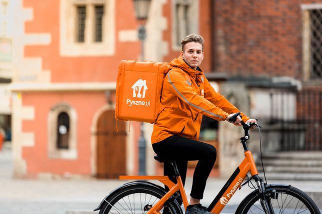 We Wrocławiu i Warszawie rowerowi kurierzy Pyszne.pl dostarczają jedzenie za darmo