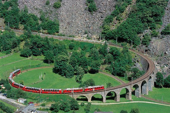 Znalezione obrazy dla zapytania szwajcaria czerwony pociąg