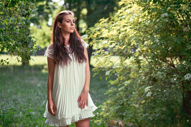 51433e0224 Białe sukienki idealne na upalne lato. Najciekawsze fasony i inspiracje