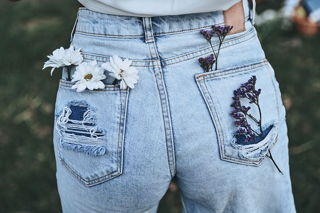 56f0d19a374700 Luźne jeansy z szerszymi nogawkami i wyższym stanem mogą mieć lekkie  przetarcia i dziury