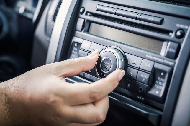 podłączenie telefonu do głośników samochodowych