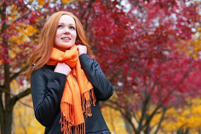 ad4cabe980 Miękki i kolorowy szal chętnie nosimy jako dodatek do ciemnych płaszczy i  kurtek
