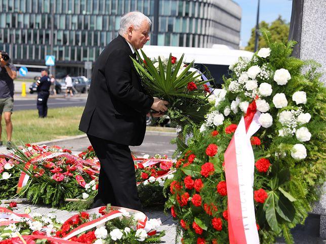 Miesięcznica smoleńska  Jarosław Kaczyński złożył kwiaty pod
