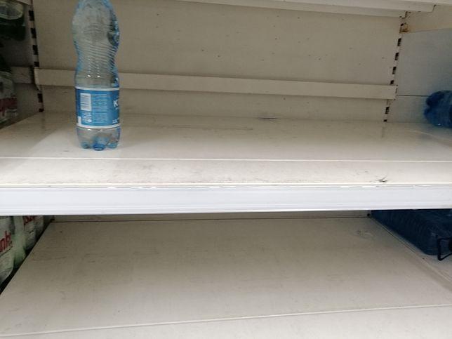 Puste Półki W Hipermarkecie Tesco Firma Wietrzy Magazyny