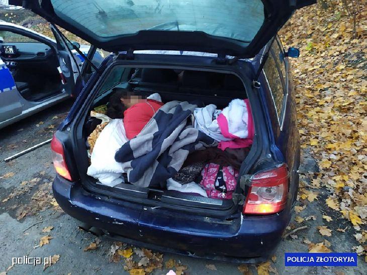 Jedna z siedmiu osób podróżujących Passatem jechała w bagażniku.