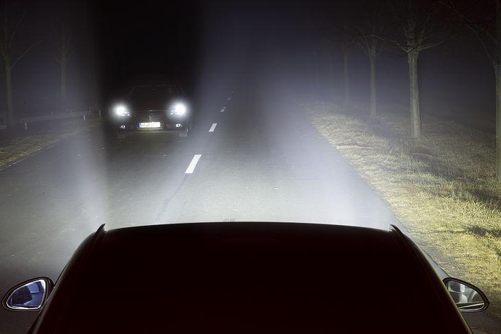 Działanie adaptacyjnych świateł drogowych w praktyce (fot. Opel)