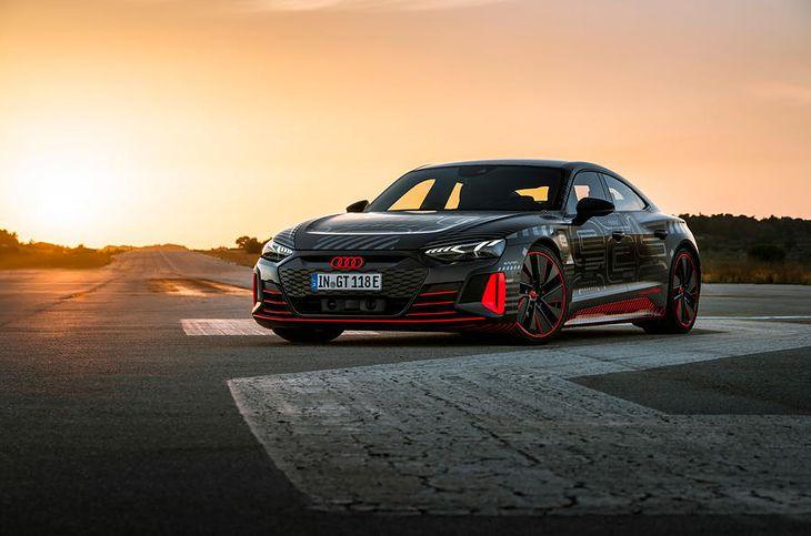RS e-tron GT prezentuje się agresywnie, jak większość współczesnych modeli marki.