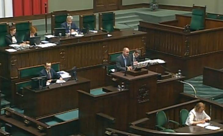 Ówczesny wiceminister Zbigniew Rynasiewicz podczas debaty sejmowej nad poprawką Senatu do ustawy o zmianie ustawy o kierujących pojazdami dotyczącą rezygnacji z wymogu skrzyni automatycznej w motocyklach o poj. 125 cm3 dla posiadaczy prawa jazdy kat. B.