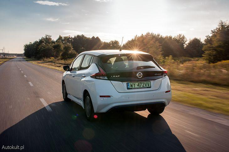 Leaf odjeżdżający w stronę zachodzącego słońca, podobnie jak nadzieje o aucie Apple zrobionym przez Nissana