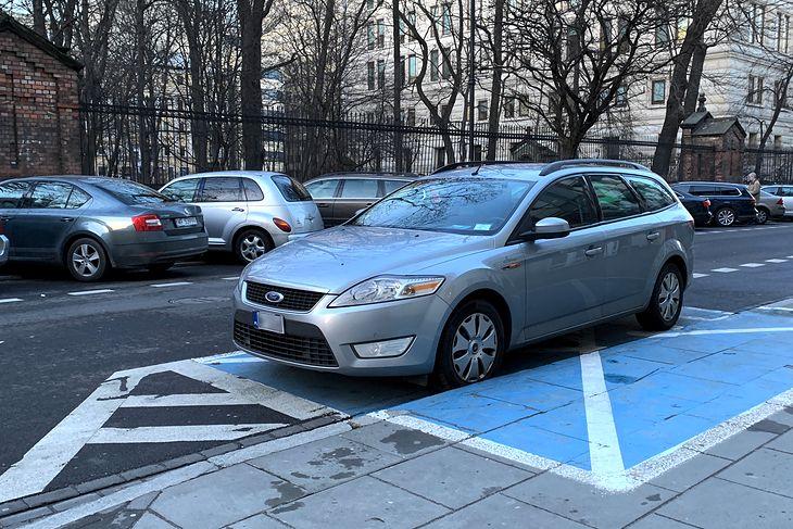 Małe tablice mają wyróżnić auto na ulicy. Przynajmniej tak sądzą właściciele