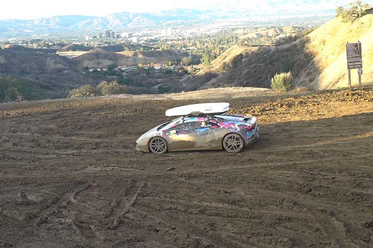 Właściciel zabrał samochód na offroad, bo z boksem dachowym wygląda trochę jak rajdówka. No niech będzie.