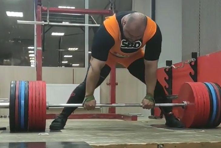 Ivan Makarov podnosi 490 kg w martwym ciągu