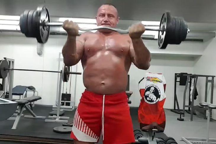 Mariusz Pudzianowski podczas treningu na bicepsy.