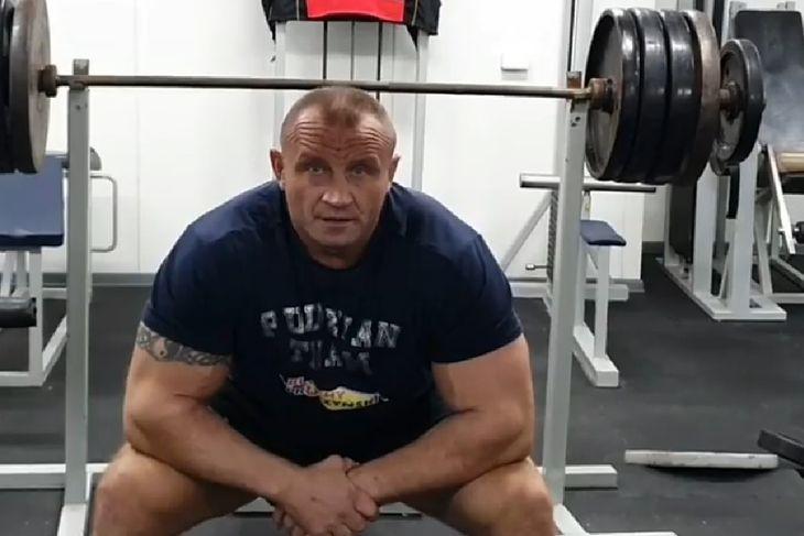Mariusz Pudzianowski na siłowni.