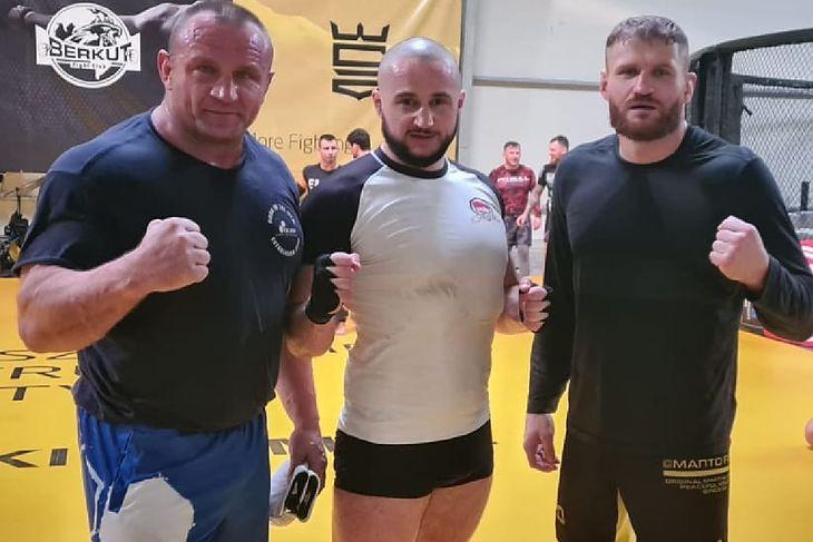 """Od lewej: Mariusz Pudzianowski, Szymon """"Taxi Złotówa"""" Wrzesień, Jan Błachowicz"""