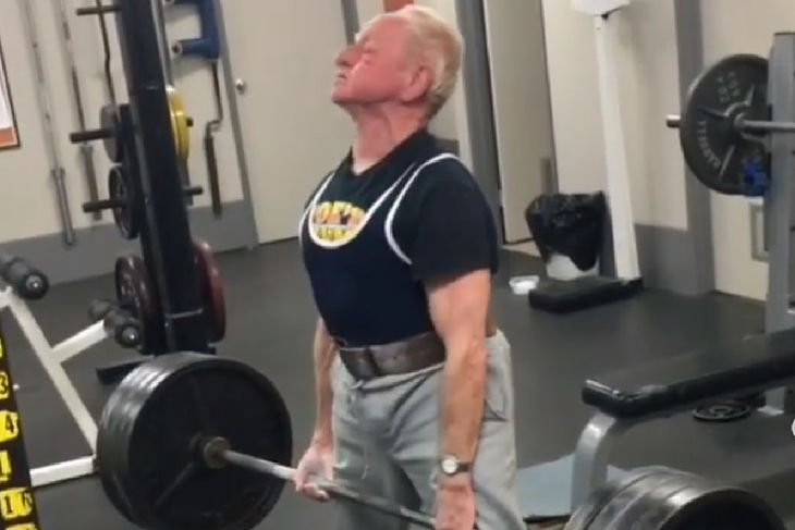 Joe Stockinger podczas treningu na siłowni.