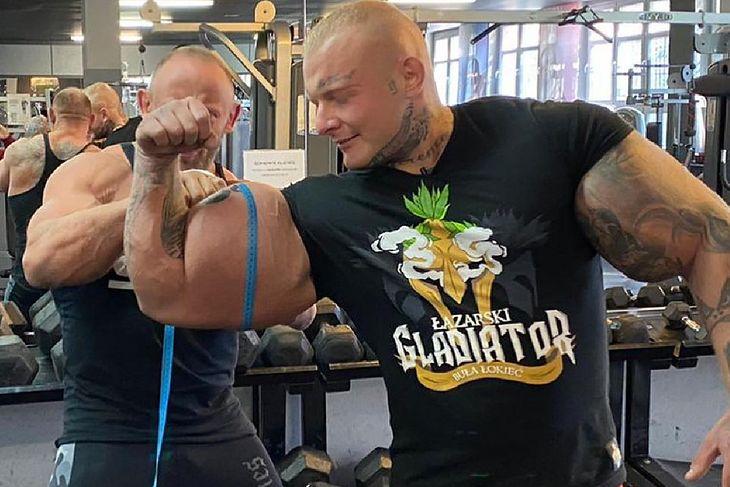 Radosław Słodkiewicz mierzy biceps koledze z treningu