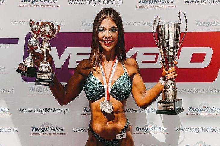 Adrianna Szymanowska z trofeami zdobytymi na mistrzostwach Polski w kulturystyce i fitness w Kielcach.
