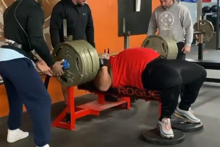 Julius Maddox podnoszący 347 kg.
