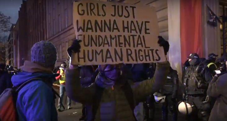Strajk kobiet w Warszawie. Policja zatrzymała fotoreporterkę