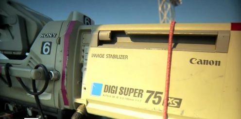 Życie codzienne operatora kamery HD z 75-krotnym zoomem
