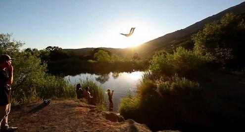 Ekstremalne skoki do wody na rowerze sfilmowane lustrzankami Canona