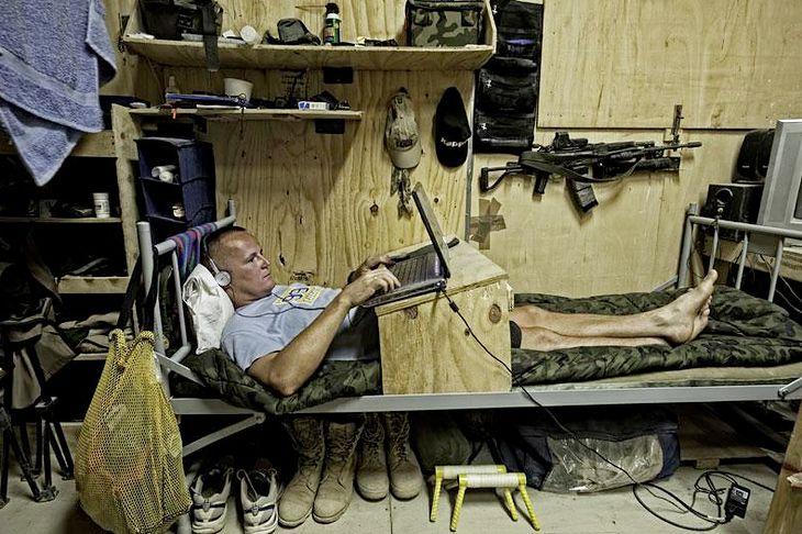 Zwycięzca w kategorii ŻYCIE CODZIENNE w konkursie Grand Press Photo 2010. Afganistan. Polscy żołnierze przyjeżdżający tam na misję na kilku metrach kwadratowych muszą sobie sami zbudować prowizoryczny dom. 22-27 września 2009. © Damian Kramski