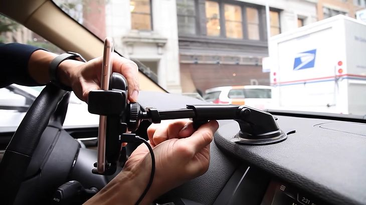 Jaki uchwyt na telefon do samochodu kupić? Podpowiadamy