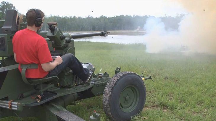 Bofors 40 mm i chmura dymu w miejscu, gdzie stał cel