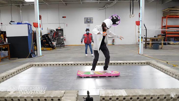 Hoverboard zbudowany przez Hacksmith Industries i Jimmiego z Univrsity of Waterloo (Hacksmith Industries).