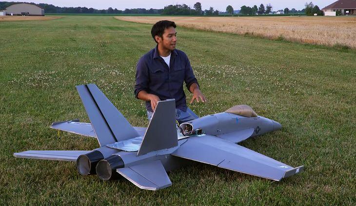 Gigantyczny model F-18. Youtuber stworzył go na prośbę widzów