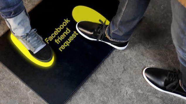 Dodanie do znajomych na Facebooku przy pomocy butów KarmaTech