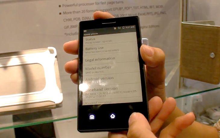 Smartfon z ekranem E Ink. Fot. youtube.com