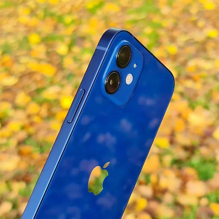 El iPhone 12 tiene una disposición de lentes diferente en el panel trasero
