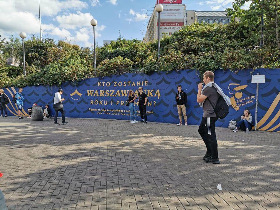 Warszawa. Nowe banery z tajemniczymi pytaniami przed wejsćiem do stacji Metro Centrum