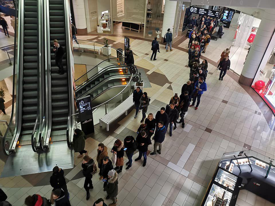 Warszawa. Tłumy na otwarciu salonu Xiaomi w Galerii Mokotów w sobotę 14 grudnia br.