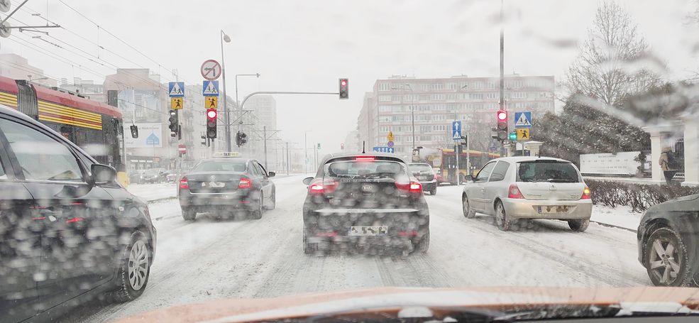 Nie widać pasów poziomych, więc nie wiadomo, kto w którym kierunku może pojechać. Lepiej wcześniej zwrócić uwagę na znak pionowy i trzymać dystans od innych pojazdów.
