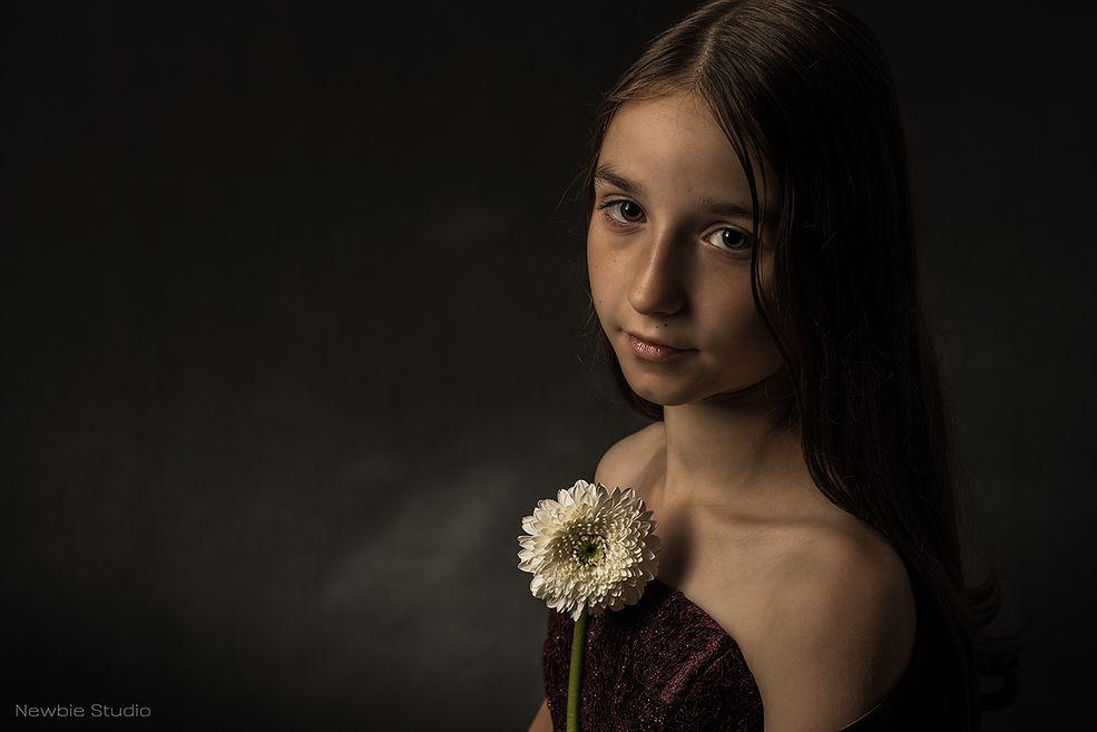 Paulina Skonieczna dopiero od miesiąca fotografuje w pełni świadomie. Prezentujemy wam jej sylwetkę, ponieważ widać po niej niesamowity zapał i chęć kreatywnego działania. W swojej fotografii dziecięcej przywołuje na myśl portrety mistrzów klasycznego malarstwa - ciepłe barwy i gra światłocieniem tworzą spokojny i melancholijny nastrój.