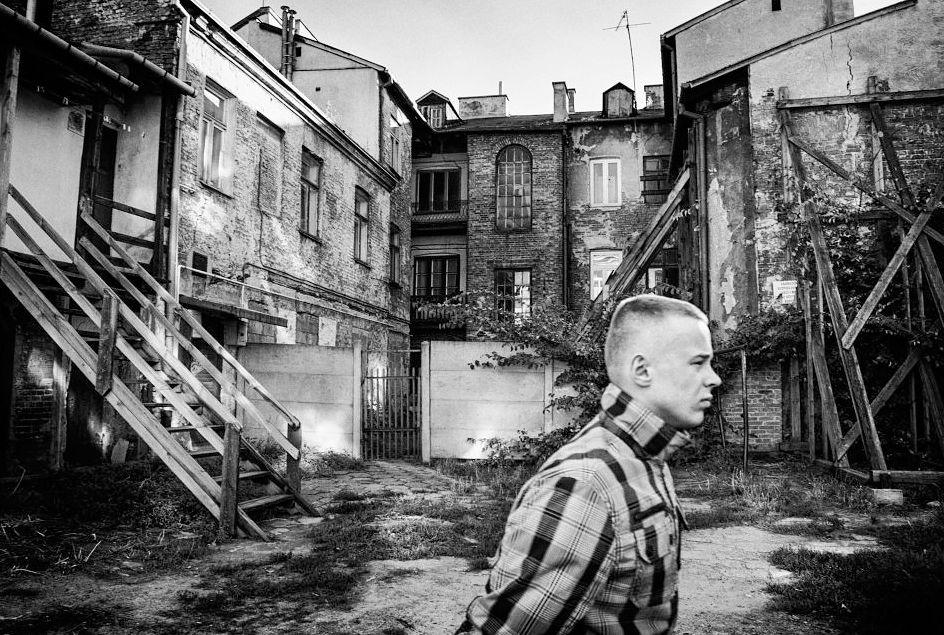 """1 Nagrodę Grand Prix i pierwsze miejsce w kategorii Fotoreportaż zdobył Arkadiusz Kubisiak za cykl """"Mijając cienie"""", który opowiada historię Radomia, jego zabytkowych, zniszczonych i wyburzanych kamienic oraz ich wieloletnich lokatorów."""