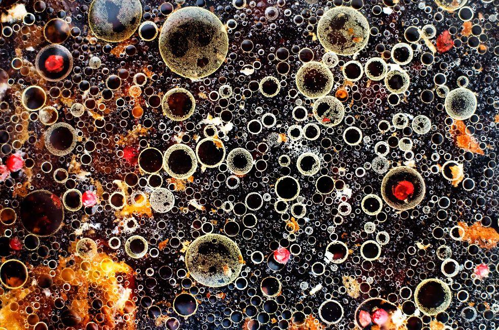 """Cykl """"Bubbles"""" powstał przy współpracy ze znanym stylizatorem jedzenia Takako Kuniyuk. Twórcy chcieli uchwycić miniaturowe światy, które powstają w kuchniach na całym świecie każdego dnia, podczas gdy łączą się dwa lub więcej składników."""