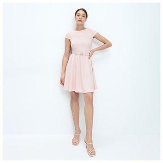 Mohito - Rozkloszowana sukienka z paskiem - Różowy