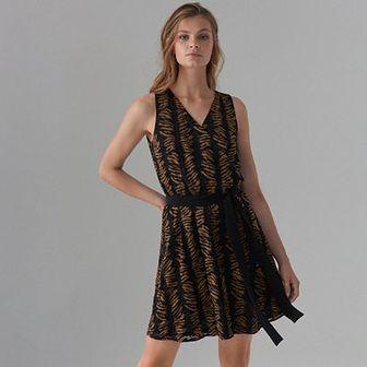 Wzorzysta sukienka z dekoltem V
