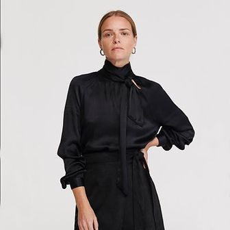 Reserved - Bluzka z wiązaniem przy stójce - Czarny