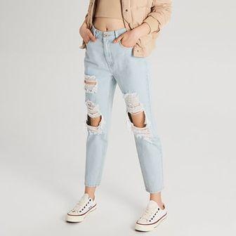 Mom jeans z przetarciami