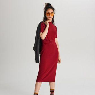 Dopasowana sukienka midi z paskiem