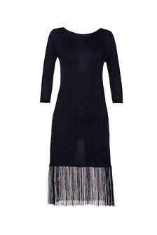 Dzianinowa suknia z długimi frędzlami