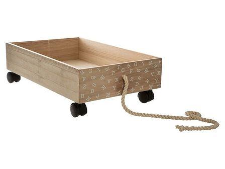 Wózek drewniany w brązowy kolorze to zabawka, która jeździ i zachwyci każde dziecko