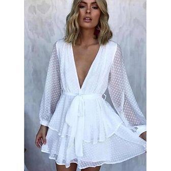 Sukienka biała na imprezę rozkloszowana z długimi rękawami